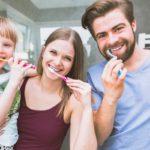 famiglia si lava i denti