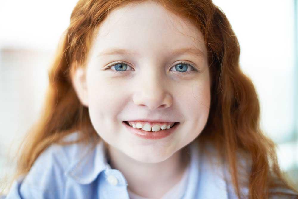 denti dei bambini sono disposti in doppia fila